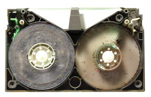 カビと虫の糞尿で汚れたベータビデオテープ